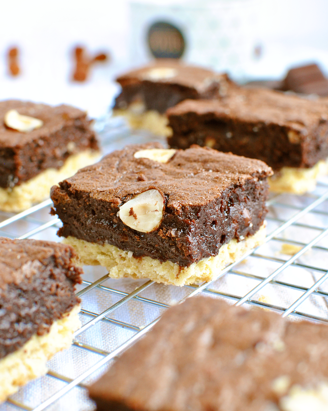 """Dans la catégorie """"desserts très gourmands à la limite de l'indécence"""" dans laquelle le Brookie se classe en très bonne position, je vous propose aujourd'hui les Shortbread Brownies : un brownie..."""