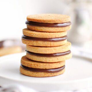 🍪 Essai de petits sablés tout simples garnis de ganache au chocolat inspirés d'une recette de @antonio.bachour. À très vite pour une nouvelle recette... très probablement une tarte ! :)   #sablés #biscuits #cookies #instafood #food #pastry #patisserie #baking #dessert #recette #recipe #homebaking #foodphotography #homemade