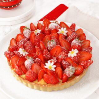 🍓 𝑵𝒐𝒖𝒗𝒆𝒍𝒍𝒆 𝒓𝒆𝒄𝒆𝒕𝒕𝒆 : Tarte aux Fraises ! (avec de la vanille, et de l'amande, et du citron, pour encore plus de bonheur)  La tarte aux fraises étant une des pâtisseries préférées de mon cobaye, c'est la recette que j'ai choisie pour inaugurer la saison ! Celle-ci est assez classique : composée d'une pâte sucrée, d'une crème pâtissière et de fraises fraîches... mais avec un twist : un délicieux financier au citron rangé sagement sous la crème. J'ai voulu changé de l'éternelle crème d'amande que l'on trouve dans beaucoup de tartes aujourd'hui, et je n'y ai trouvé que des avantages : plus fondant, pas besoin de beurre pommade à travailler avec du sucre (il est ici fondu), et permet d'écouler ses blancs d'oeufs - carton plein pour le financier !  📖 Recette en bio et sur le blog → www.degustationsdangereuses.fr  #pie #tarte #fraise #tarteauxfraises #strawberry #strawberrypie #instafood #food #pastry #patisserie #baking #dessert #recette #recipe #homebaking #foodphotography #homemade 